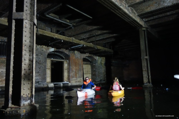 Kayaks in der Höhle